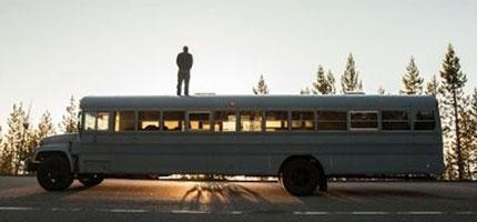 hank-butitta把一台巴士變成他的移動城堡