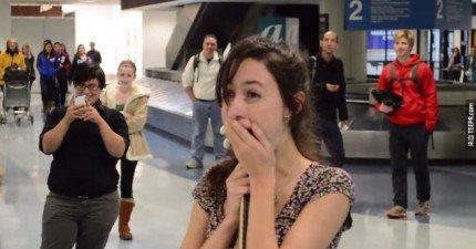 這個幸運的女生在下飛機後收到了好萊塢規模的求婚。這是每個女生夢寐以求的橋段!