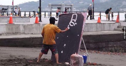 一開始沒有人知道他在畫什麼,直到他使出最後一招。WOW!