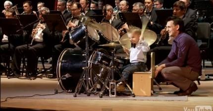 小孩子跟交響樂一起演奏打穀