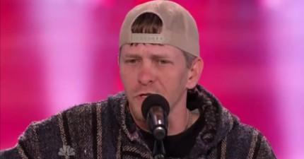 評審一看到他的穿著和鄉下口音就開始笑他,直到他一開始唱的時候,他們下巴都掉下來了。
