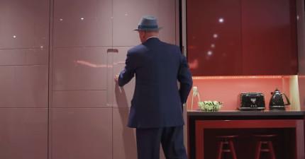 他按了一個按鈕後,這個平凡無奇的客廳就開始完全突破你的想像!