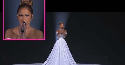 珍妮佛羅培茲在選秀節目唱歌是很好聽,但天啊,當鏡頭拉遠的時候她身上那件禮服...!