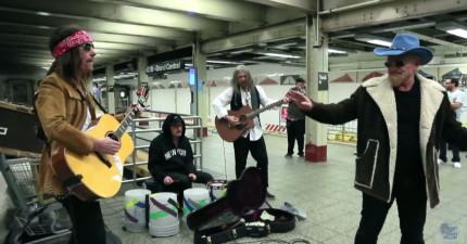 U2天團在地鐵站裡彈奏音樂FT