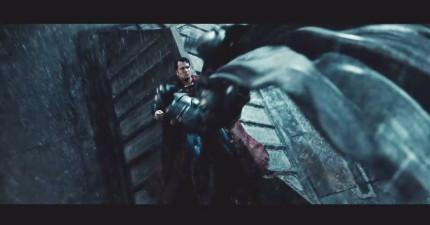 《蝙蝠俠對超人》最新加長版3:39預告片,終於有他們兩個對打的精采畫面了!