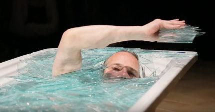 他為了藝術犧牲身體「泡碎玻璃浴」 爬出來時我全身雞皮疙瘩!