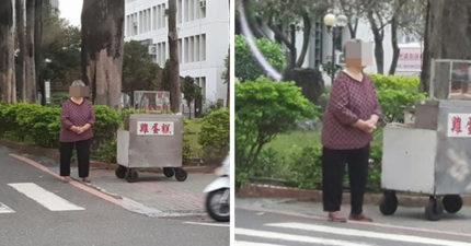 阿嬤站在路口「無助搓手」,他無助喊「換不到阿婆笑容」求幫忙...天真想法被網友打醒:真的傻B呢!