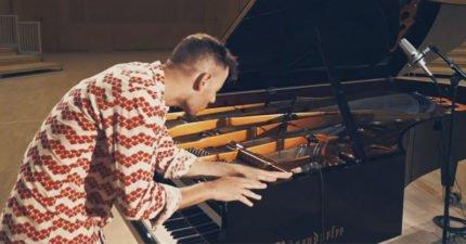 他把鋼琴當成「打擊樂」 但音樂一響起...會讓你身上每個細胞都在舞動!