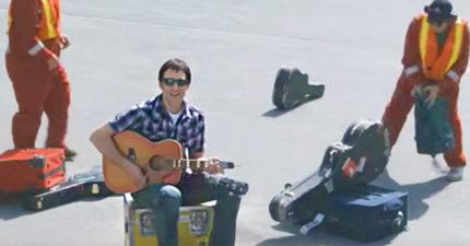 航空公司「弄壞寶貝吉他」還高傲拒賠 苦主火大拍「超酸MV」讓他們3天慘賠59億!