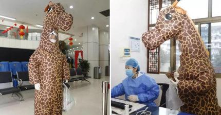 天兵女穿「充氣長頸鹿」看診 得意炫「沒口罩也能防疫」醫生傻眼:太危險!