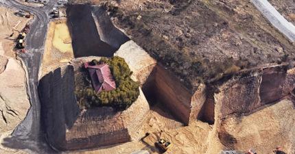 是要怎樣回家?他Google地圖驚見「神秘釘子戶」 鄉民細看:仍住屋裡