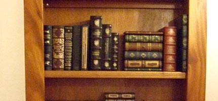普通的書櫃後面暗藏秘密圖書館