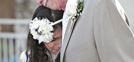 將死的父親牽著女兒的手走下紅毯