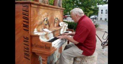 70歲老人家邊彈邊唱