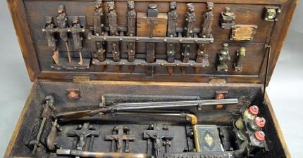 古人到底有多怕吸血鬼?這個19世紀的古董「獵殺吸血鬼工具箱」裡面的誇張道具組就是答案!