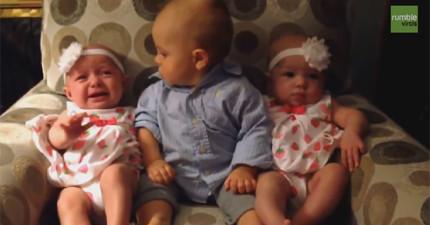 小寶寶被雙胞胎嚇到