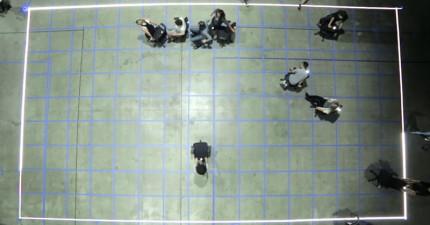 這群人在地上畫出方格並且拉了許多椅子,把燈關掉後會讓你傻眼驚呼:「這我以前也玩過!」