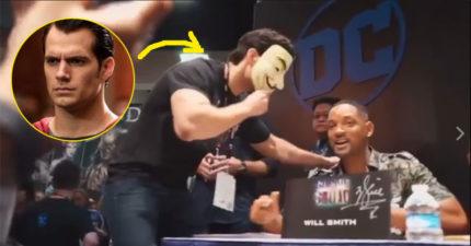 「超人」亨利卡維爾戴著面具出現在《自殺突擊隊》的簽名會上,當威爾史密斯正要簽名時...