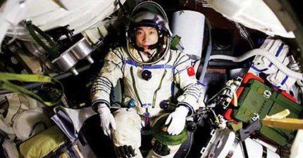 中國首位太空人楊利偉終於坦白「驚人內幕」,在太空中聽到了「有人在敲艙門」!