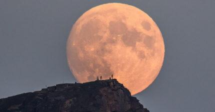 他花費2年時間捕捉「美得像畫的月圓照」 網放大驚見「大自然和人類的完美結合」被讚爆!