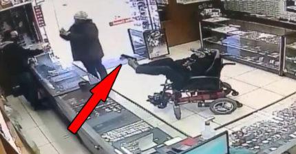 輪椅男「搶劫珠寶店」以為在鬧 他「用腳上膛」老闆才發現慘了