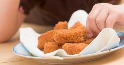 前夫「偷餵素食女兒吃雞塊」 媽媽氣炸:我想吃OREO卻被罵