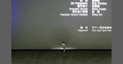 男童衝前「5腳狠踢」電影螢幕爆了!無法維修「換新要噴78萬」
